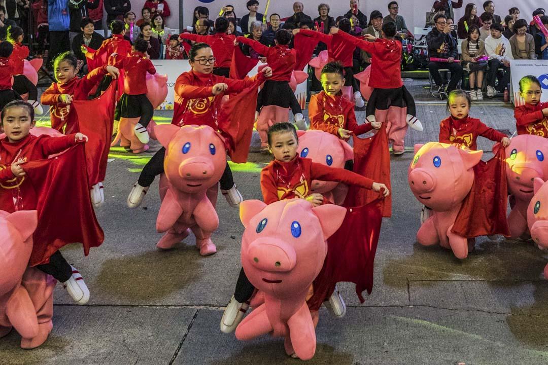 大年初一,尖沙咀的花車匯演,孩子在跳舞。