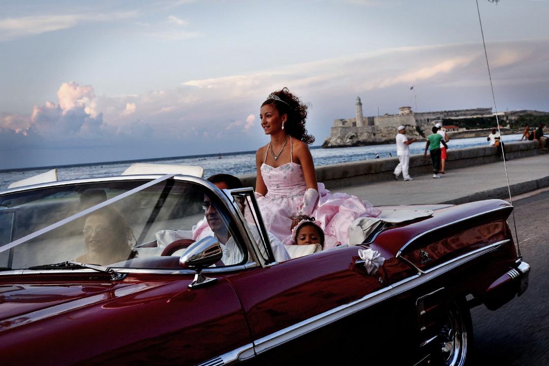 2007年9月29日,一個女孩在古巴夏灣拿海濱慶祝生日。