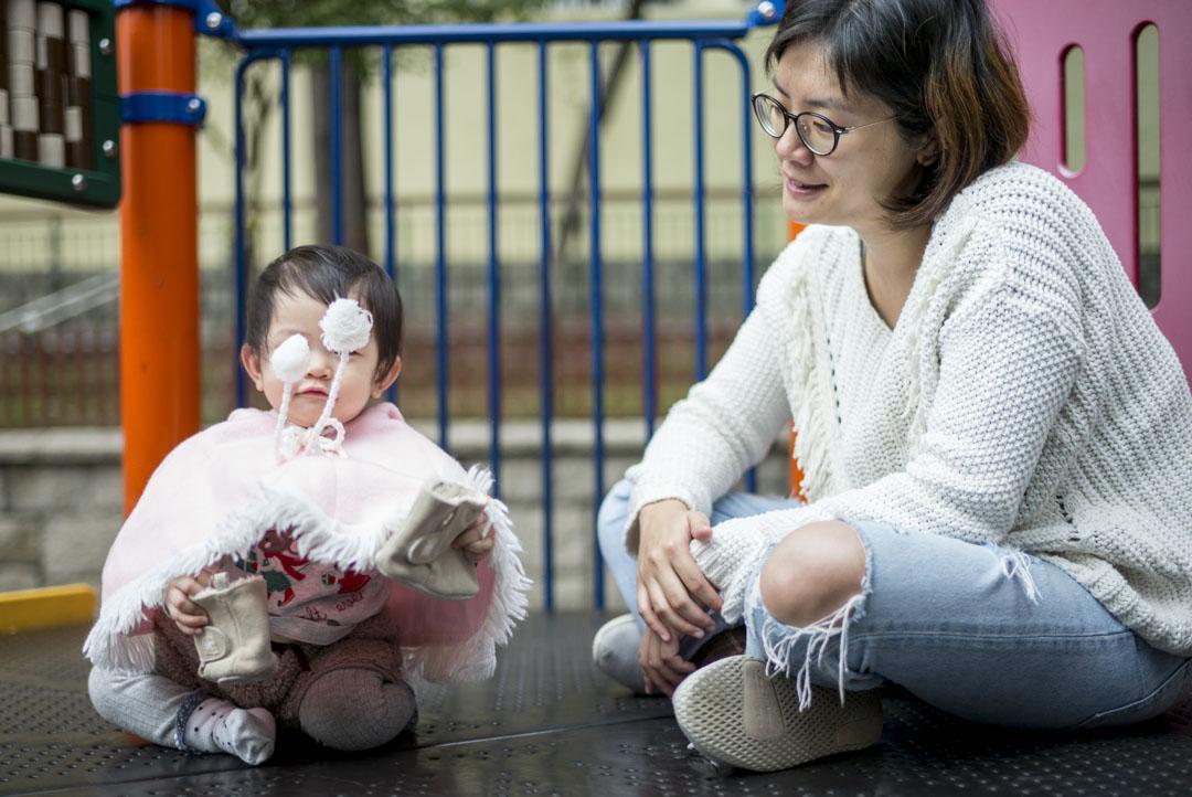 政府對養兒育女的政策缺乏承擔,令育兒重擔落在家庭之中——而女性首當其衝,一方面歌頌母職之偉大,另一方面只提供微乎其微的支援,令女性困守家庭的處境難以改善。丘梓蕙與女兒在遊樂場玩樂。