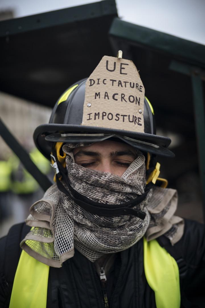 27歲工程師Theo特意從阿爾卑斯回到巴黎參加示威,他戴著的消防頭盔上,寫著他對歐盟、獨裁主義及法國總統馬克龍不滿的字句。