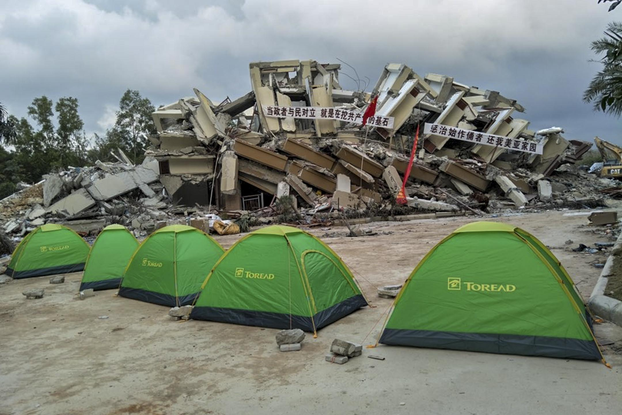 強拆過後,部分業主無家可歸,只能住在帳篷裏過夜。 圖:小區業主提供