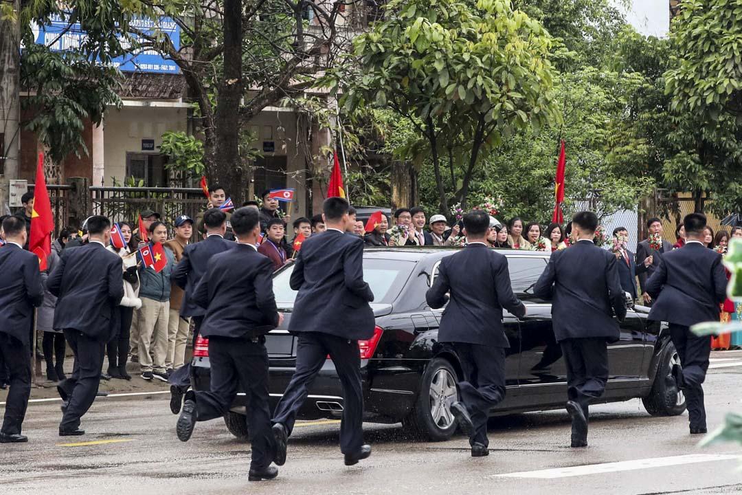 2019年2月26日,北韓的安保人員圍繞金正恩專車小跑隨行。