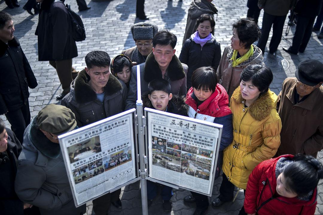 2019年2月27日,北韓平壤的市民聚集在報攤上,閱讀勞動新聞報有關第二次美朝首腦峰會的新聞。