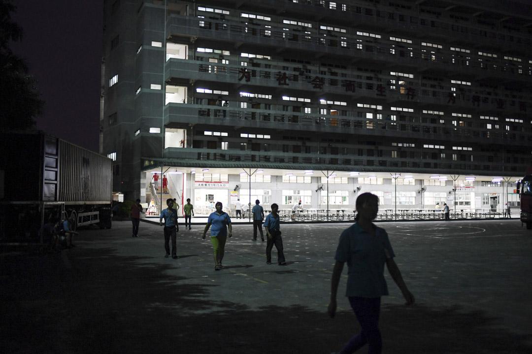 中國的經濟形勢風雲突變,不少公司戰略向東南亞傾斜,「機器換人」一度成了東莞製造業的新主題,催促着這座城市被迫轉型升級。