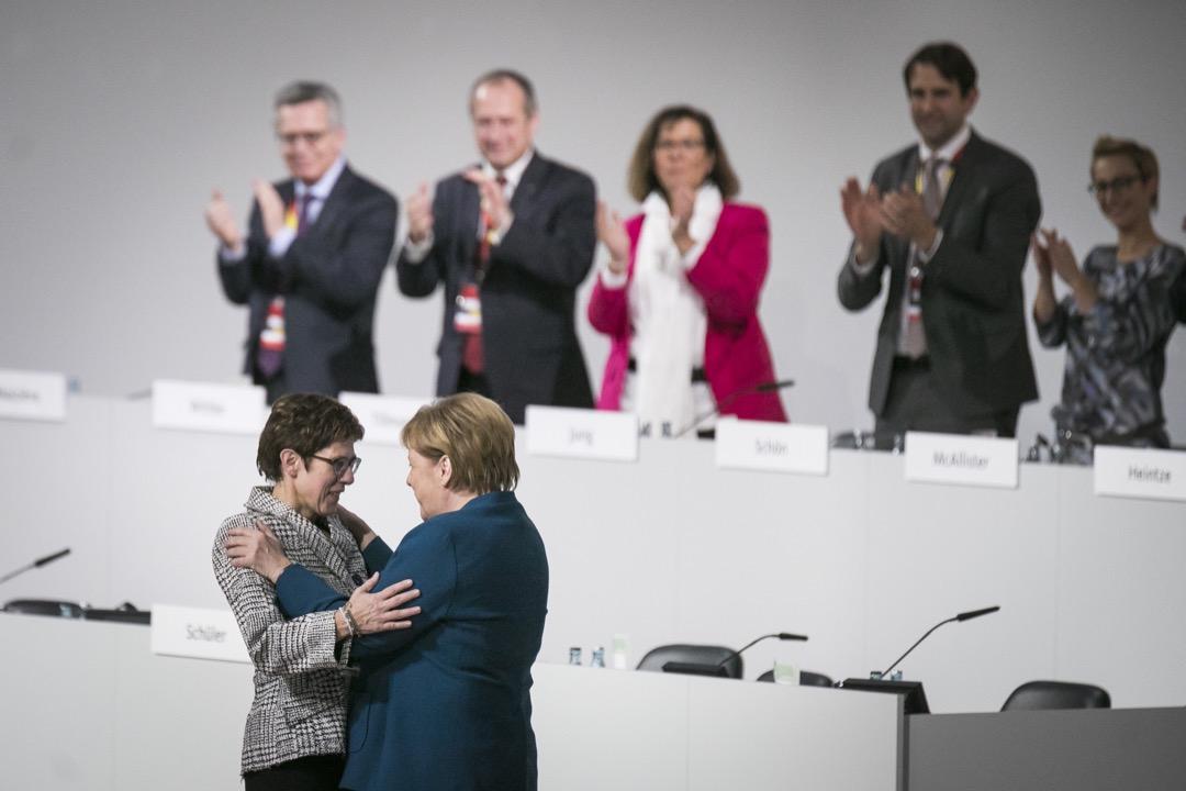 12月7日,基民盟黨代會選舉卡倫鮑爾(Annegret Kramp-Karrenbauer)擔任新的黨主席,她常被人稱作「小默克爾」,也是最符合默克爾心願的繼任者。