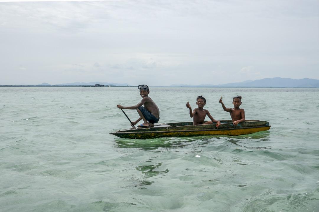 像翁古這樣的傳統船屋家庭,並不願意讓孩子們到岸上接受教育。
