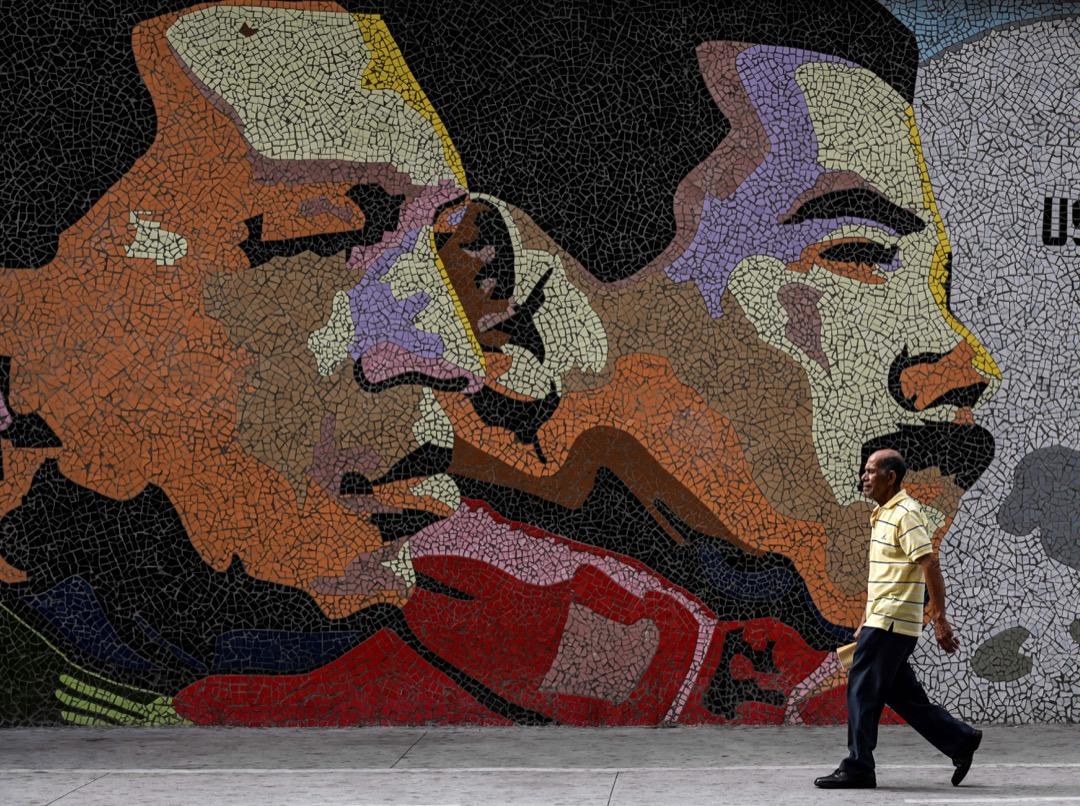 查韋斯執政不久後,開始通過一系列不光彩的政治手段集權,利用權力強制推行他的一系列左翼民粹主義政策。而繼承者馬杜羅在一場充滿舞弊爭議的選舉中上台後,委國經濟加速惡化。