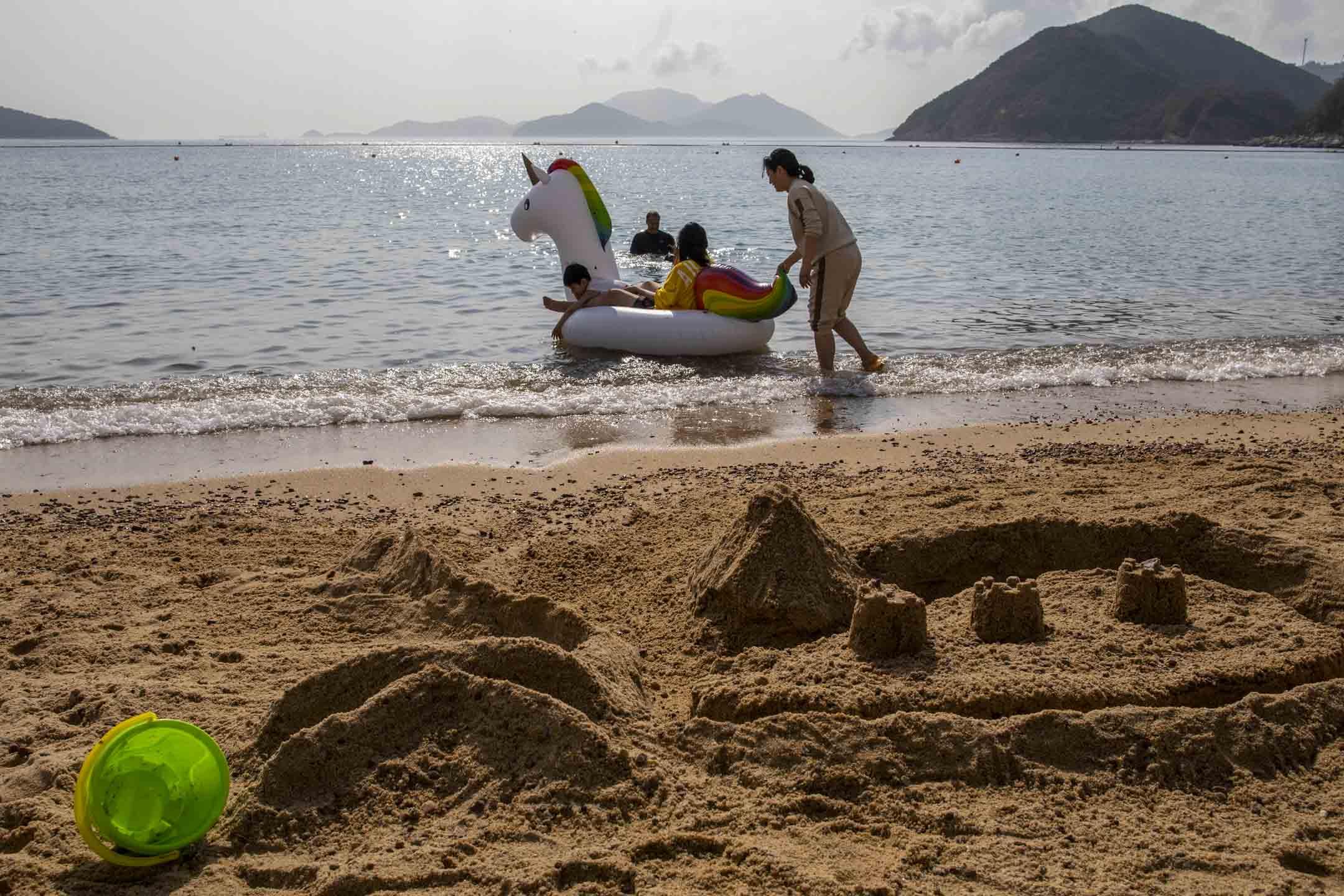 大年初三,市民到淺水灣沙灘游泳,當天下午氣溫錄得25.8度,為歷史以來最熱的年初三。