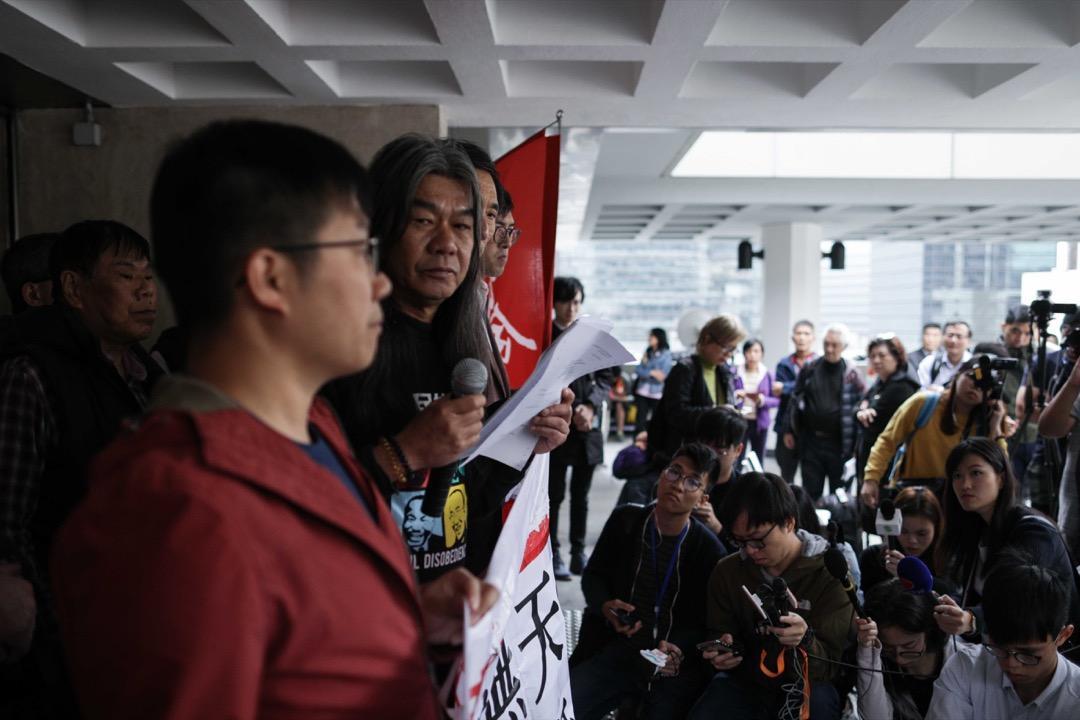 2019年2月15日,梁國雄在同樣被撤銷議員資格的羅冠聰、姚松炎,以及多名社民連成員陪同下,到高等法院領取判詞。 攝:Stanley Leung / 端傳媒