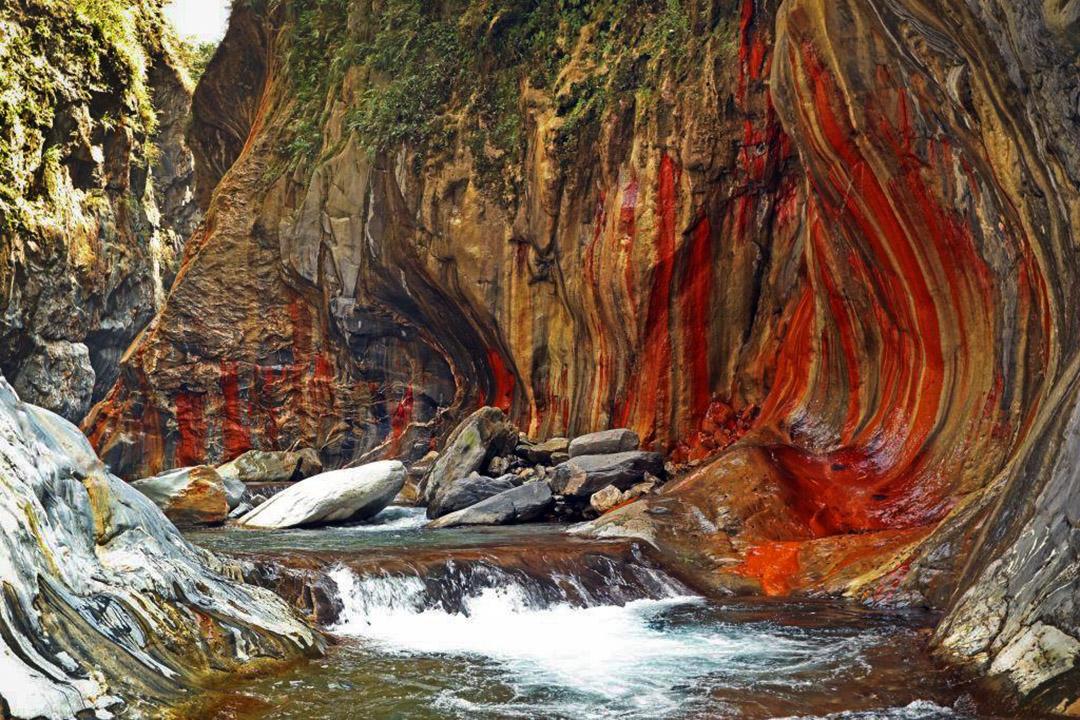 屏東霧台鄉的哈游溪上游的山壁。