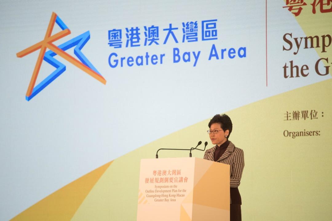 2019年2月21日,粵港澳政府首長出席大灣區規劃綱要宣講會,香港行政長官林鄭月娥在台上發表演說。