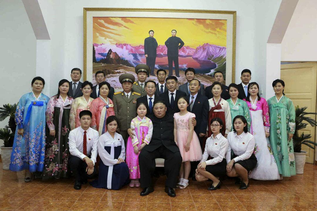 2019年2月26日,金正恩訪問北韓駐越南大使館。金正恩同使館成員進行交談,了解使館的工作情況,並同他們一起合影留念。