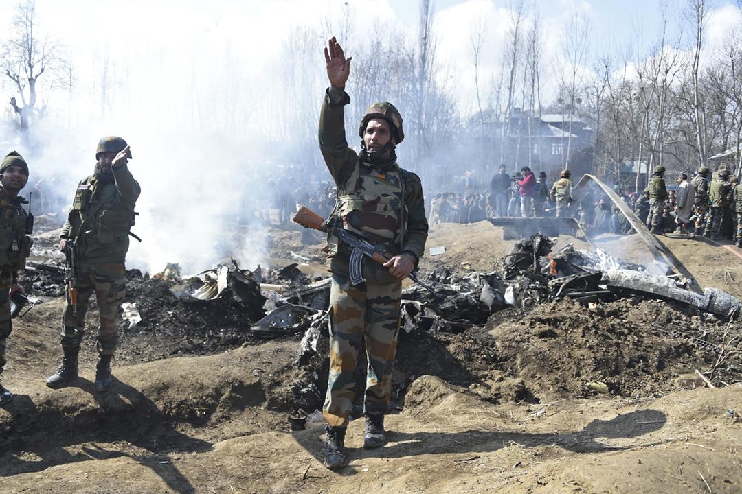 2019年2月27日,印度軍方一架直昇機於印控克什米爾巴德加姆縣墜毁,軍方部隊抵達現場調查事故原因;巴基斯坦軍方同日較早時曾宣稱,成功擊落兩架闖入領空的印度軍機。 攝:Tauseef Mustafa / AFP / Getty Images