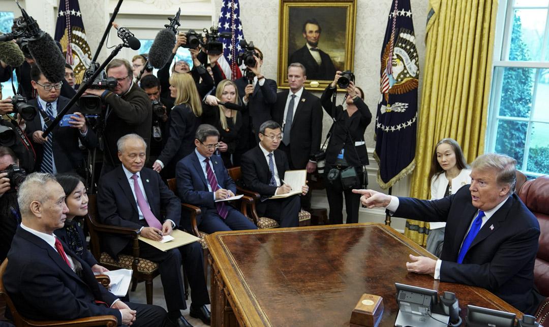 2019年2月22日,美國總統特朗普在白宮橢圓形辦公室會見正在美國進行第七輪中美經貿高級別磋商的習近平特使劉鶴。 攝:Mandel Ngan/AFP/Getty Images