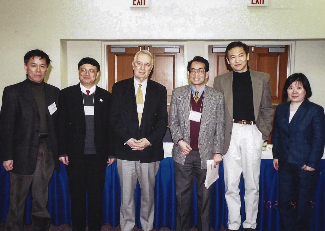 2002的美國亞洲學會的年會上,我們邀請馬若德教授做我們主題圓桌會議的主席和評審人(左二為作者)。