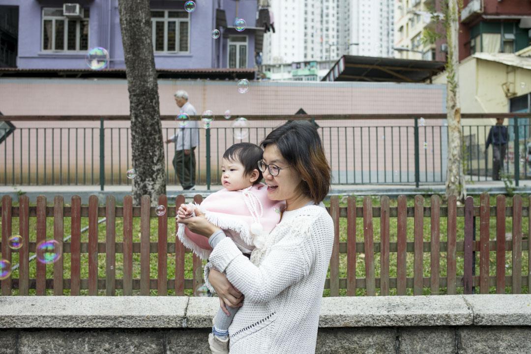 丘梓蕙時不時也有構想不請外傭的可能場境──政府必須要有激進的政策改變。「比如要有至少20周的產假,有雙親可以共享的親職假期,有可負擔的24小時託兒服務,又或者公司容許家長在家工作,那麼或者我就可以自己照顧女兒。」