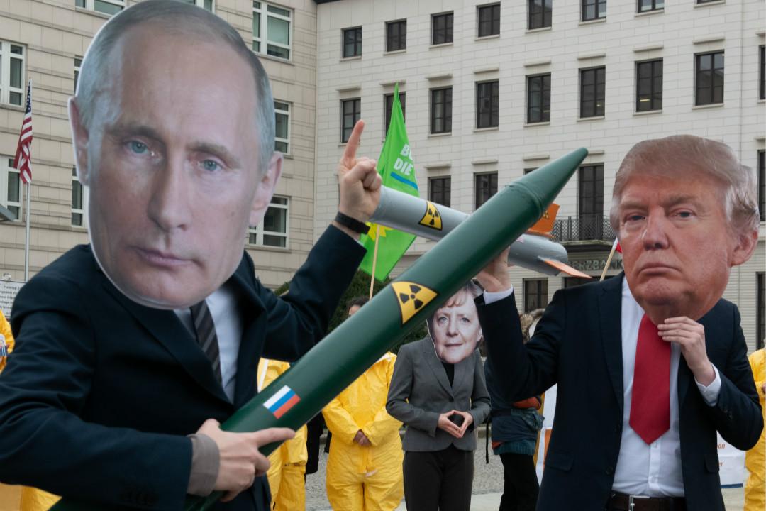 2019年2月1日,德國柏林,抗議者戴着普京、特朗普、默克爾的面具,面對美俄暫停履行《中導條約》義務。 攝:Paul Zinken/Getty Images