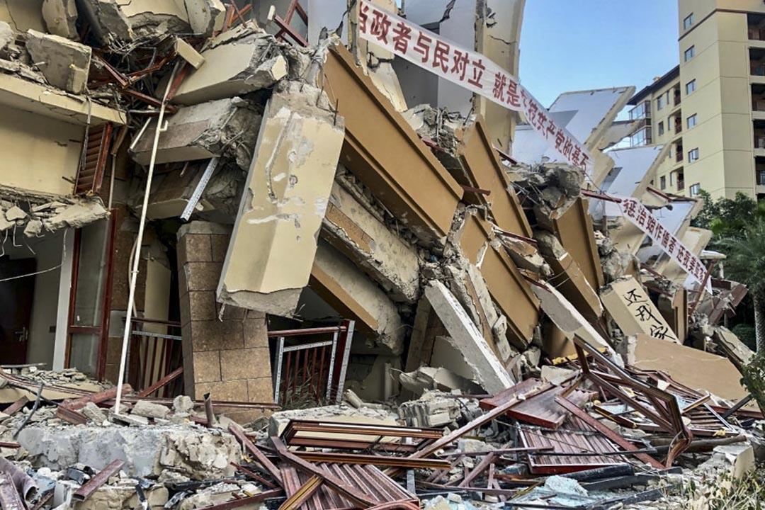 業主將眼前的廢墟與汶川地震作比較,哀歎道,「一個是天災,一個是人禍。」