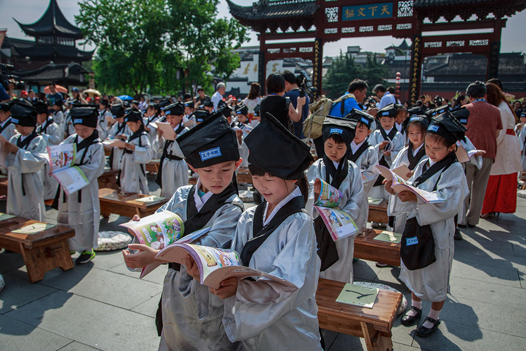 2016年8月31日,中國南京的孔廟,在一個典禮期間,孩子們在讀書。 圖:VCG via Getty Images