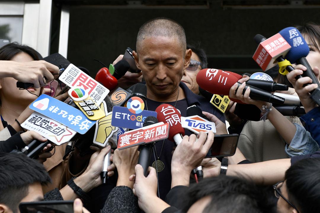 2018年12月7日,鈕承澤就案件前往台北一間警署報到,離開時受大批傳媒包圍追訪。 攝:Sam Yeh / AFP / Getty Images