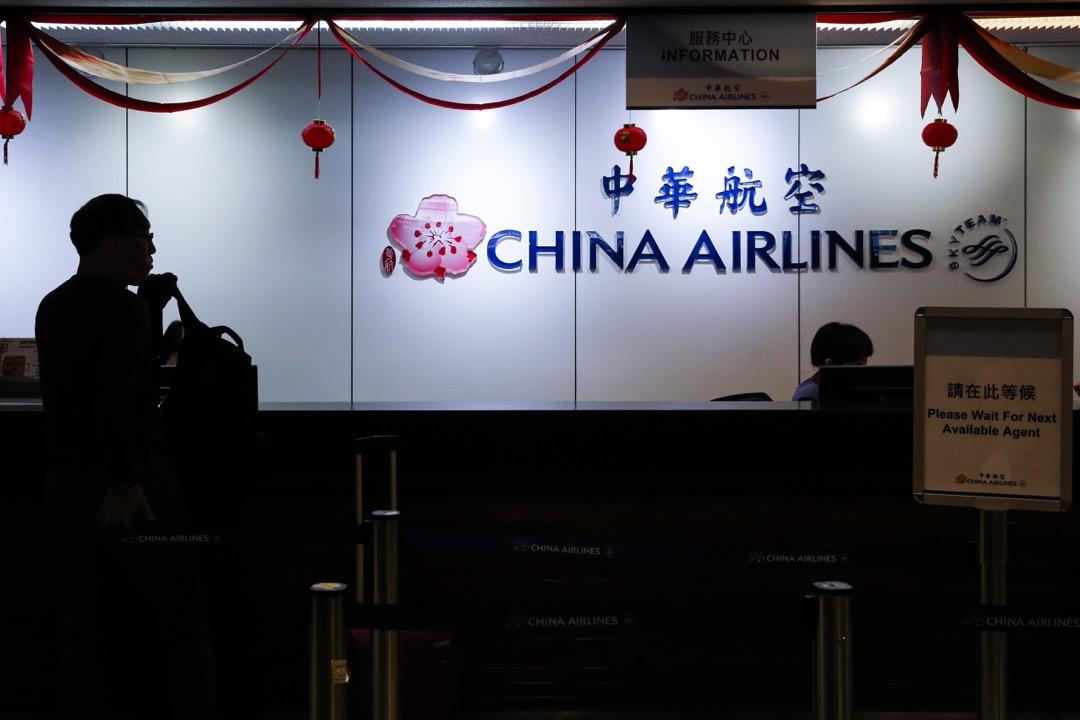 圖爲台北桃園機場的中華航空櫃檯。 攝:Eason Lam/端傳媒