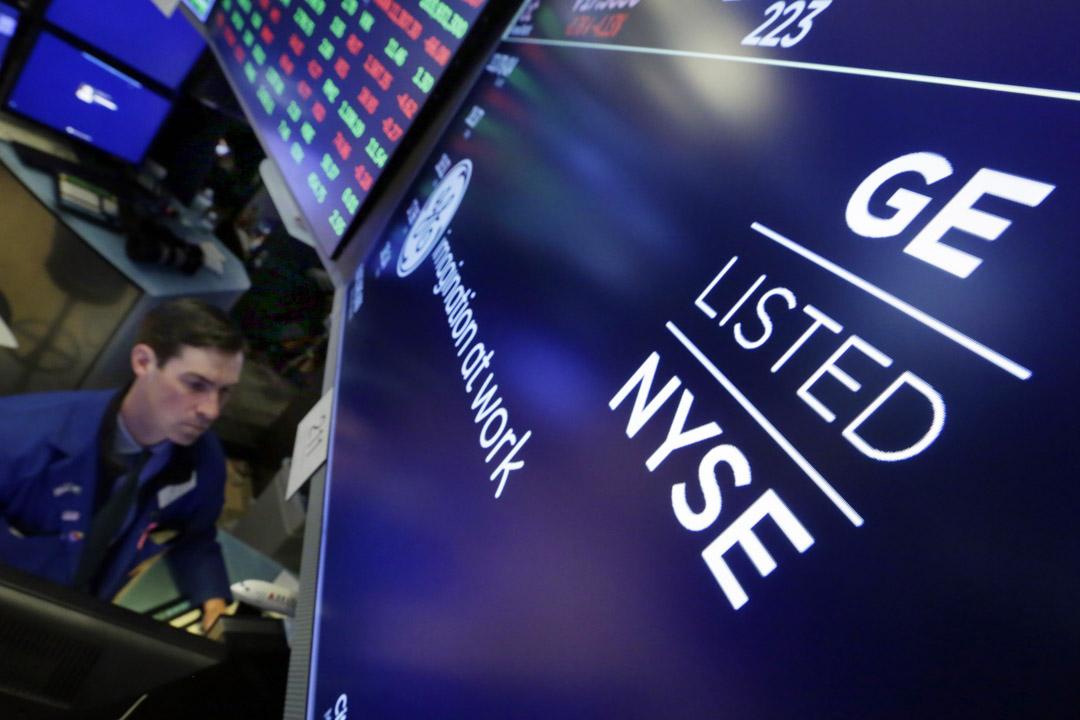 紐約證券交易所的顯示屏上出現通用電氣商標。