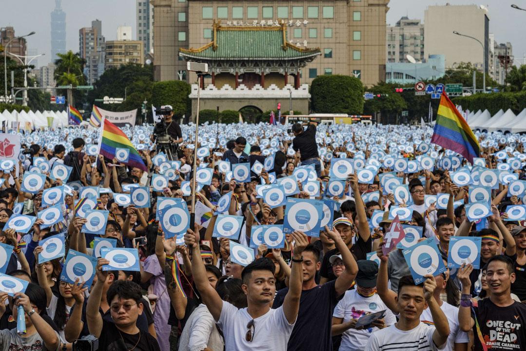 2018年11月18日,同性婚姻的公投集會上,參加者們舉起標語牌支持同性婚姻。 攝:Alberto Buzzola/LightRocket via Getty Images