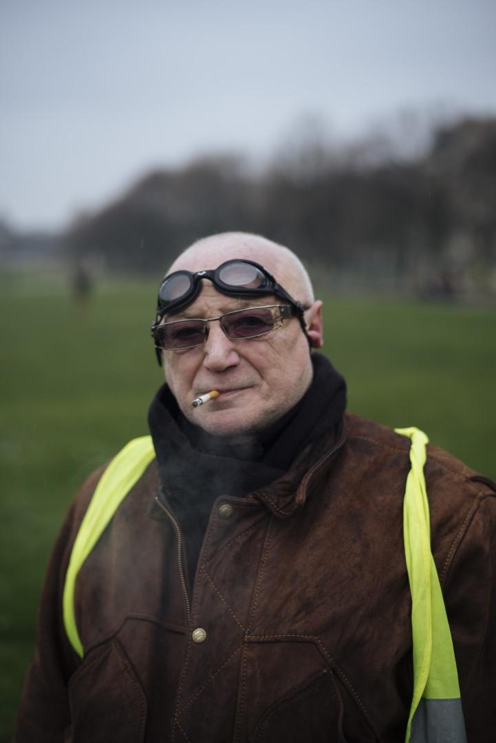 64歲的Marc是位退休人士,爲了預防警察施放的催淚彈,他戴上眼罩前來參加示威。