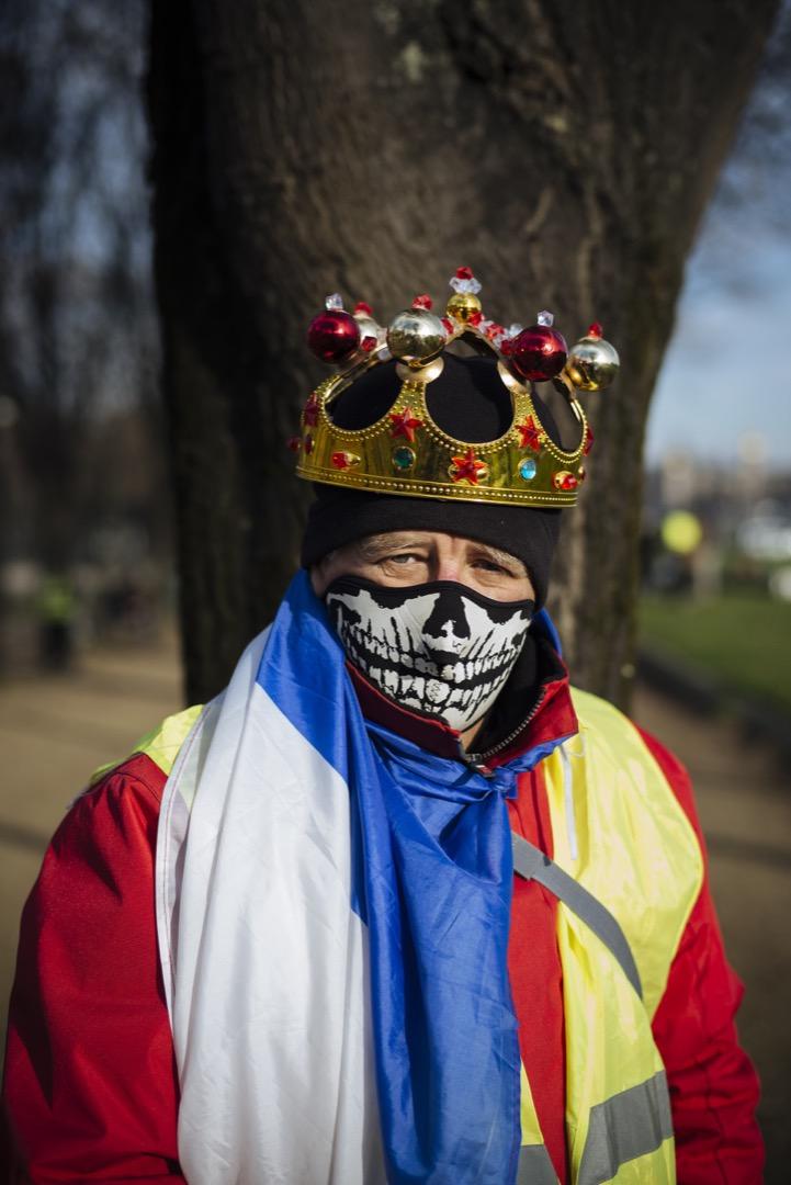 退休人士,62歲的Daniel戴上皇冠和髑髏造型口罩、披上法國國旗參與這天的黃背心示威。