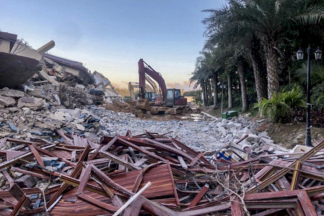拆完4號樓後,負責拆違的工作人員準備清理建築殘渣,但在李慧珍等人的強烈反對下暫時停工。