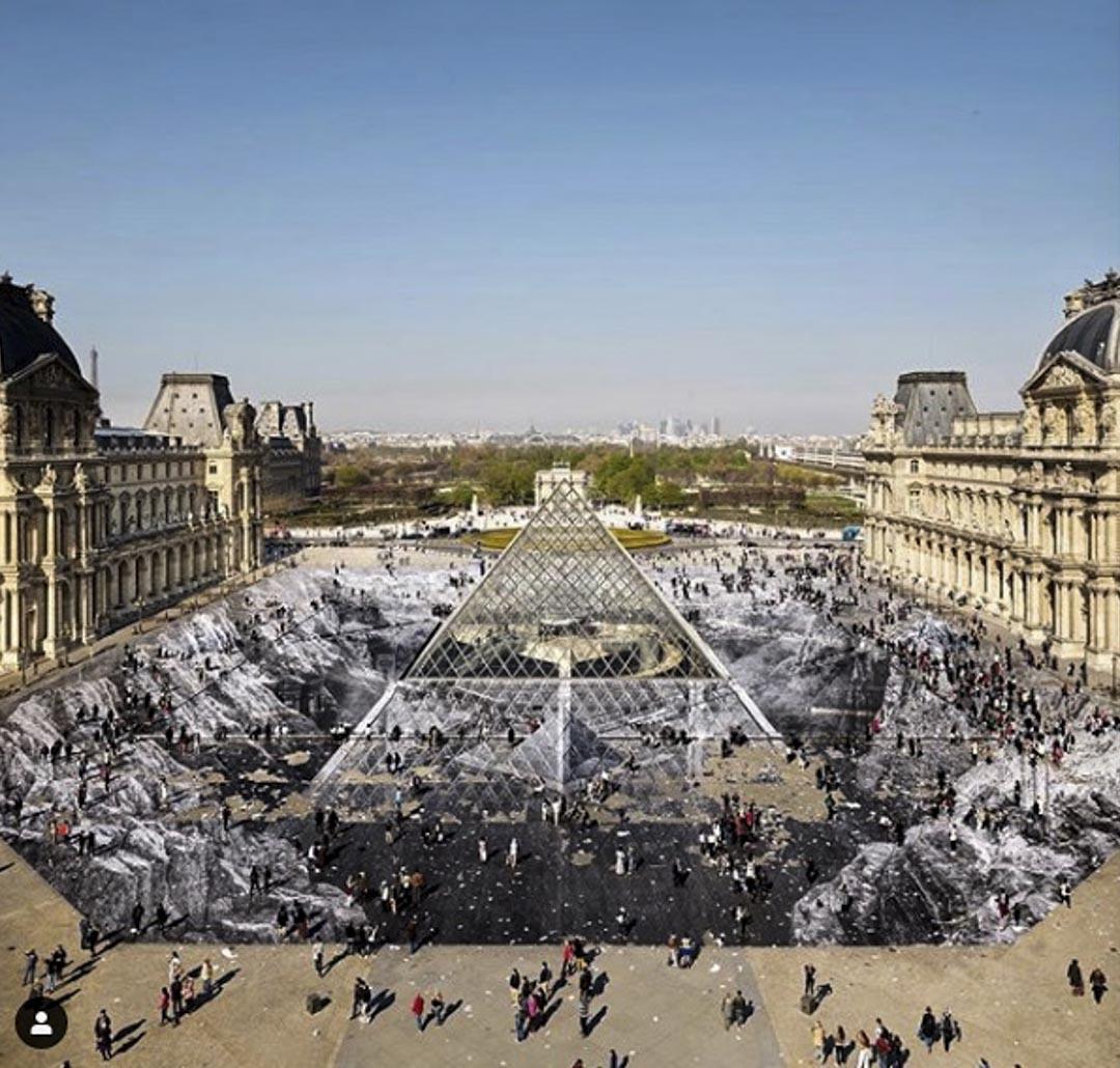 法國街頭藝術家JR和500名志願者在羅浮宮前的拿破崙廣場地面上完成了面積高達1.7萬平方公尺的巨幅拼貼畫,並在Instagram上把這幅作品獻給剛剛過世的法國新浪潮電影教母Agnès Varda。