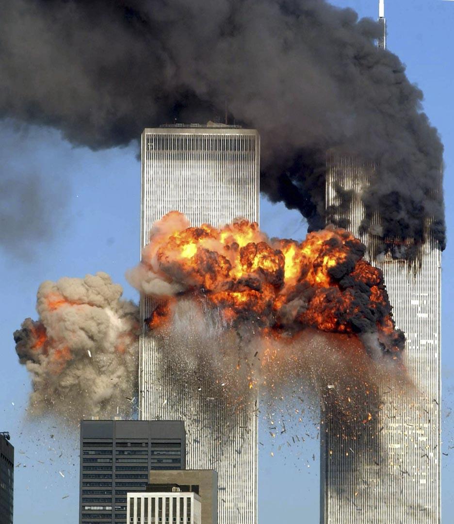 2001年9月11日,蓋達組織恐怖分子劫持4架民航客機,其中兩架飛機分別衝撞紐約世界貿易中心雙塔,造成飛機上的所有人和在建築物中許多人死亡;兩座建築均在兩小時內倒塌。