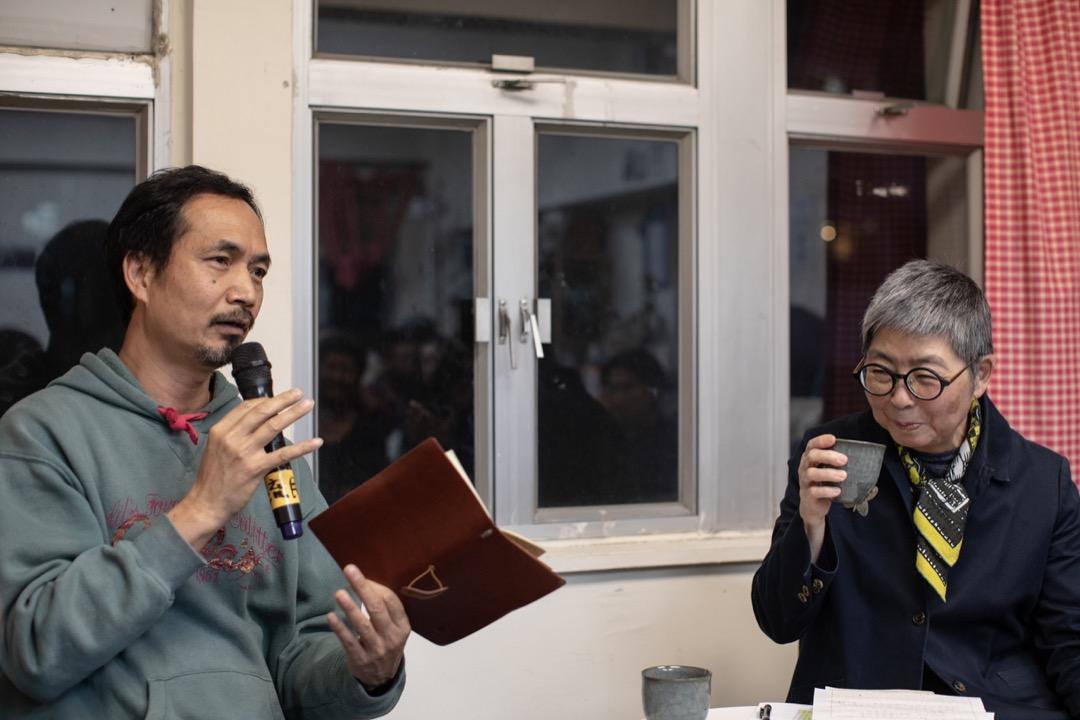 對吳靄儀來說,「拆大台」折射出傘運最為進步的一面:它把香港民主運動中的集會從請願式政治升級成為參與式。在既是拼來,也是借來的時空中,佔領者未能等到「真普選」,但卻得到了共同學習和踐行民主生活的機會。