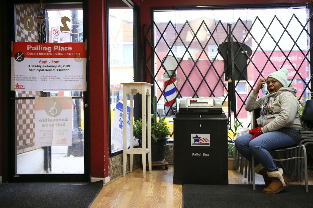 2019年2月26日,芝加哥市長選舉中一個票站的投票程序緩慢,選民坐下來等候。