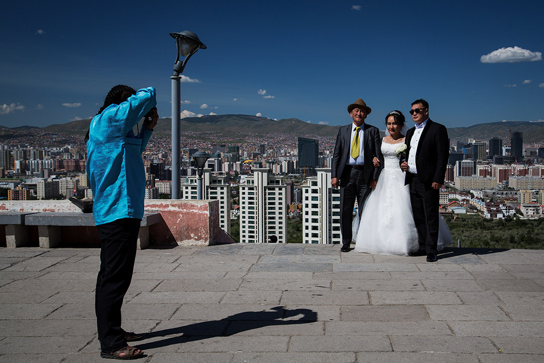 蒙古烏蘭巴托,一對情侶在拍結婚照。