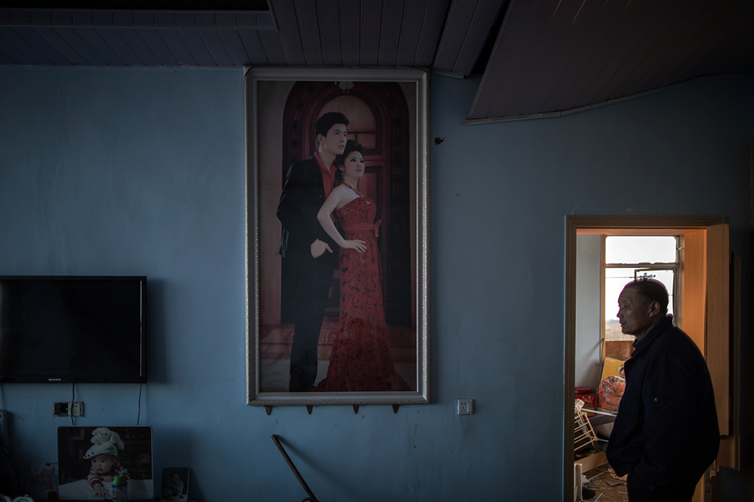 2019年3月23日,陳家港鎮王商村的一間房子內,掛上一幅結婚照。