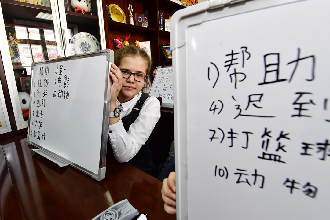 圖為2017年2月8日在俄羅斯符拉迪沃斯托克(Vladivostok;通稱:海參崴),一名女孩在遠東聯邦大學(DVFU)孔子學院參加中文認字比賽。孔子學院在俄羅斯亦曾引起爭議,2015年布拉戈維申斯克(Blagoveshchensk;通稱:海蘭泡)地方檢察院一度指控學院為「外國代理人」,隨後撤控。 攝:Yuri Smityuk / TASS via Getty Images
