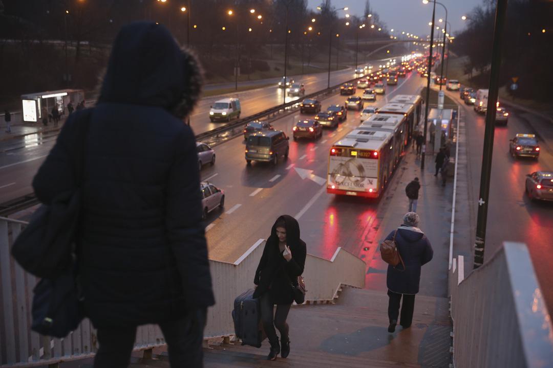 2016年2月26日,波蘭華沙,乘客沿著繁忙的高速公路走到公交車站。