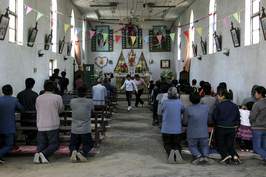當下中國的四個領域,包括經濟領域、社會領域、宗教領域、政治領域的分立還遠未實現,因而尚不能稱為「現代社會」。圖為河北一個教會的早會情況。