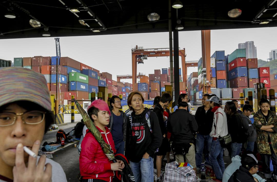 由香港國際貨櫃碼頭外判工人於2013年3月28日開始發起的碼頭工運,成為香港戰後最長的一次工人運動。最後事件以9.8%的加薪幅度達成共識,於2013年5月6日結束長達40日的工潮運動。 攝影:林振東