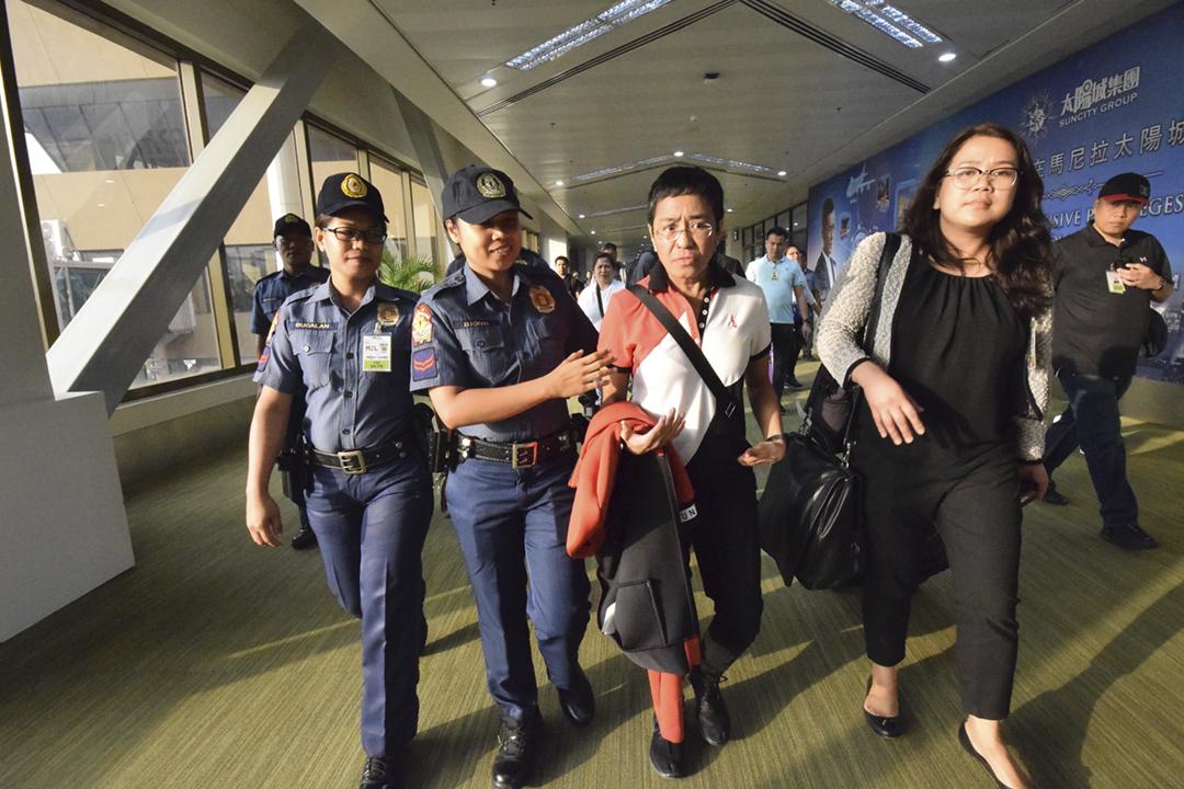 2019年3月29日,菲律賓新聞網站 Rappler 執行編輯雷薩(Maria Ressa)從外地返抵馬尼拉國際機場,隨即被警方拘捕。 圖片來源:STR / AFP / Getty Images