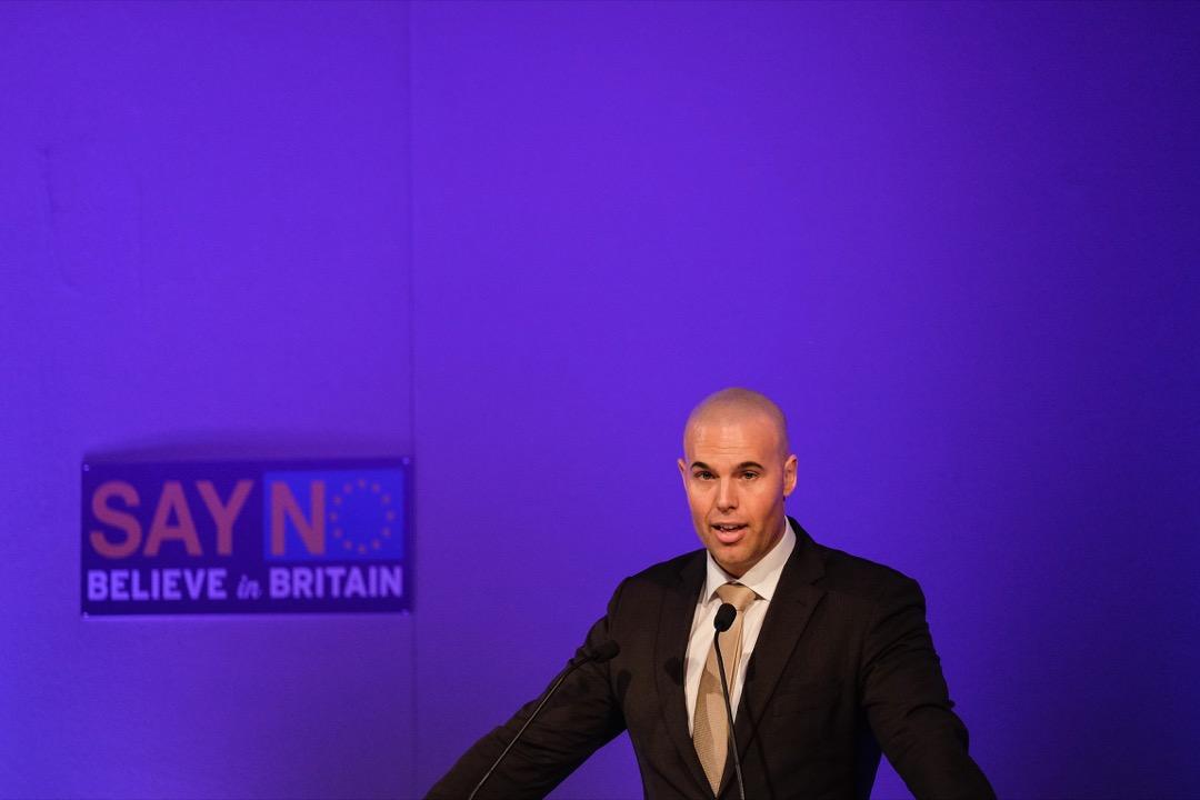 荷蘭極右民粹政黨自由黨的前核心黨員Joram van Klaveren在支持英國脫歐英國獨立黨的週年大會上發言。 攝:Ian Forsyth/Getty Images