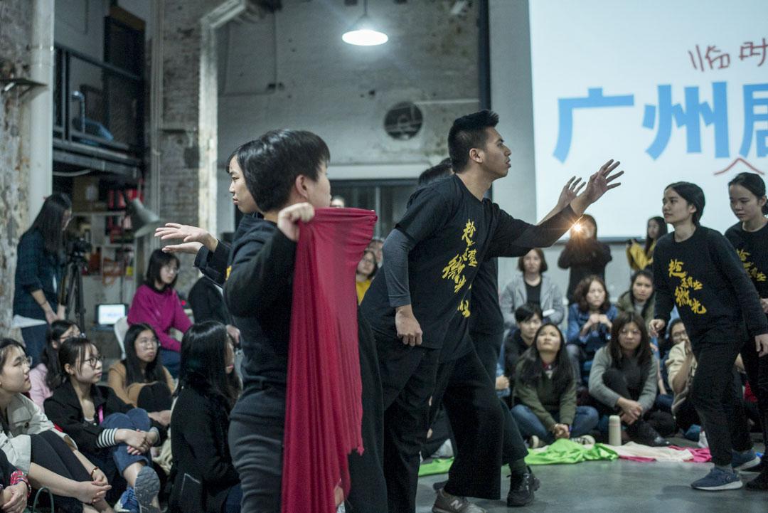 演員和樂師對觀眾分享的故事進行即興演繹。