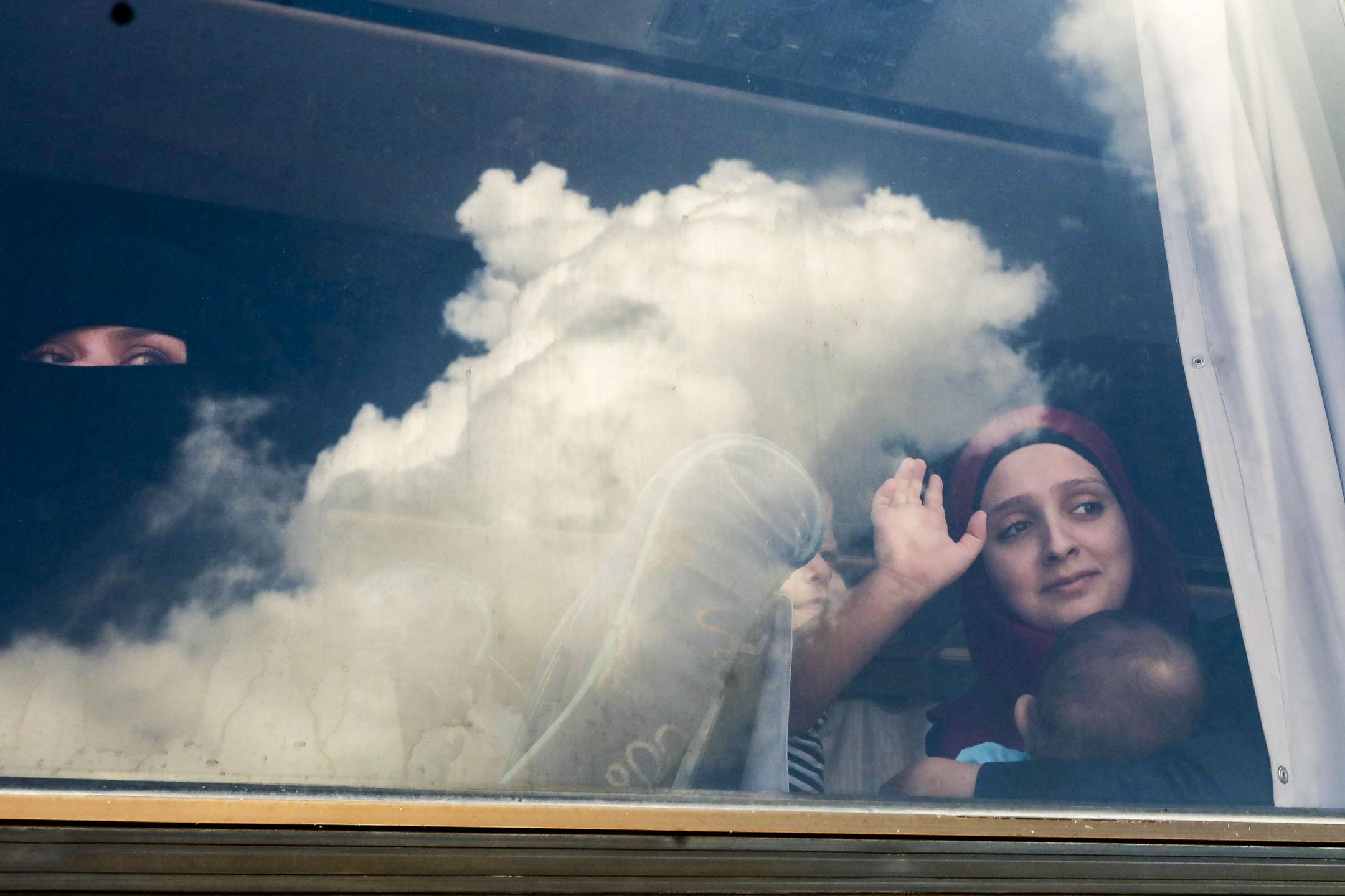 據俄羅斯敘利亞和解中心的數據,而自戰爭開始至今,離開又回到敘利亞的難民數量已有31.5萬人。圖為2018年9月9日,敘利亞難民在準備離開黎巴嫩返回敘利亞時,在公共汽車內望向窗外。 攝:Anwar Amro/AFP/Getty Images