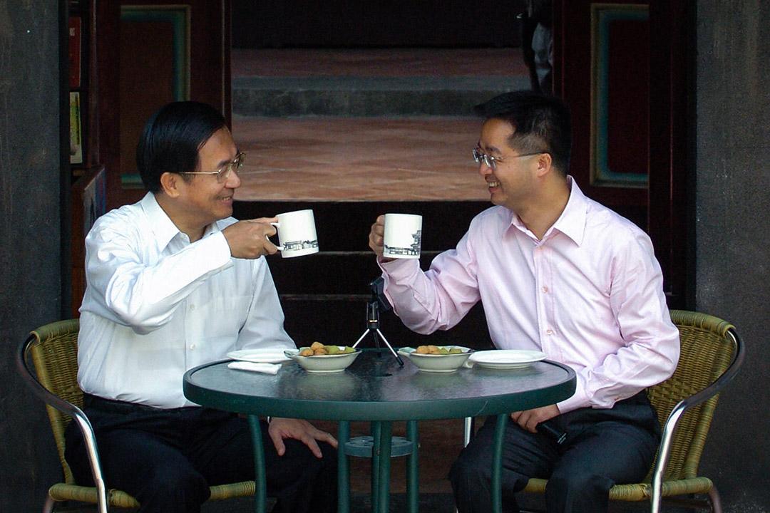 2005年12月1日,台灣總統陳水扁在台北板橋舉行的競選活動中,與民進黨台北縣長候選人羅文嘉一起敬酒。