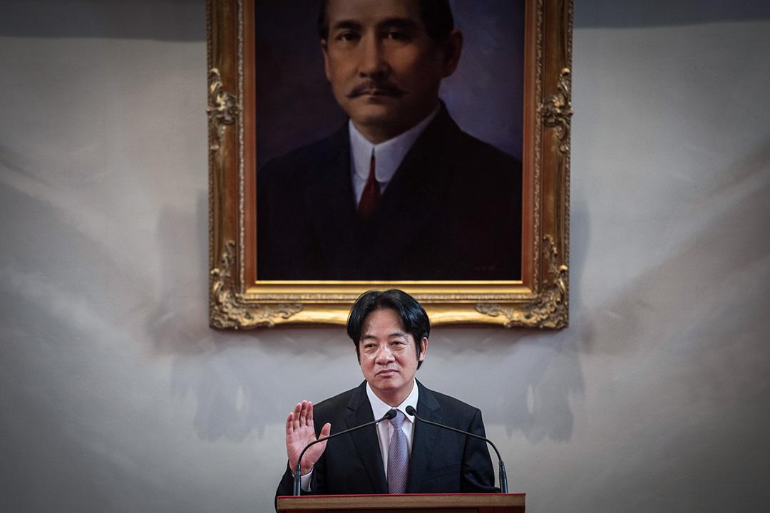 2019年1月11日蔡英文在總統府舉行記者會,即將卸任的行政院長賴清德上台發言。