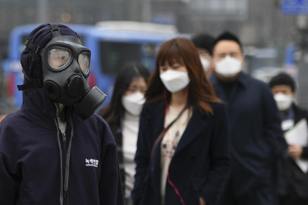 2019年3月6日在南韓首爾光化門廣場,一名環保運動人士戴上防毒面罩站立示威,要求政府採取措施減輕空氣污染。 攝:Jung Yeon-je / AFP / Getty Images