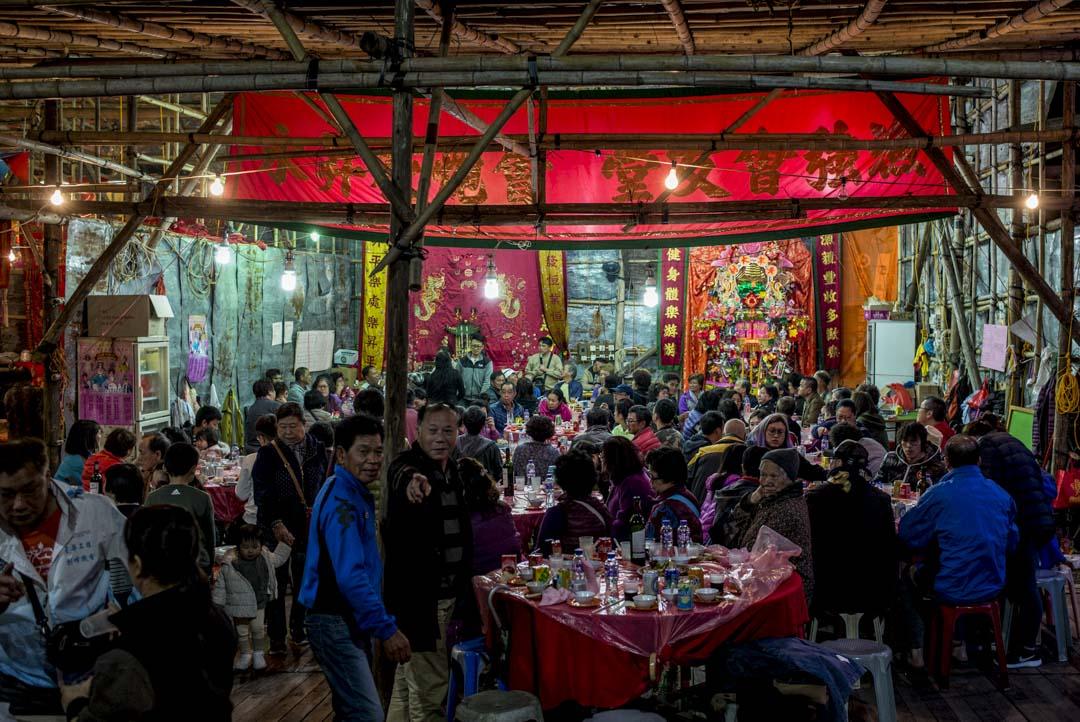大澳戲棚的觀眾席後台筵開多席,村民享用晚宴。