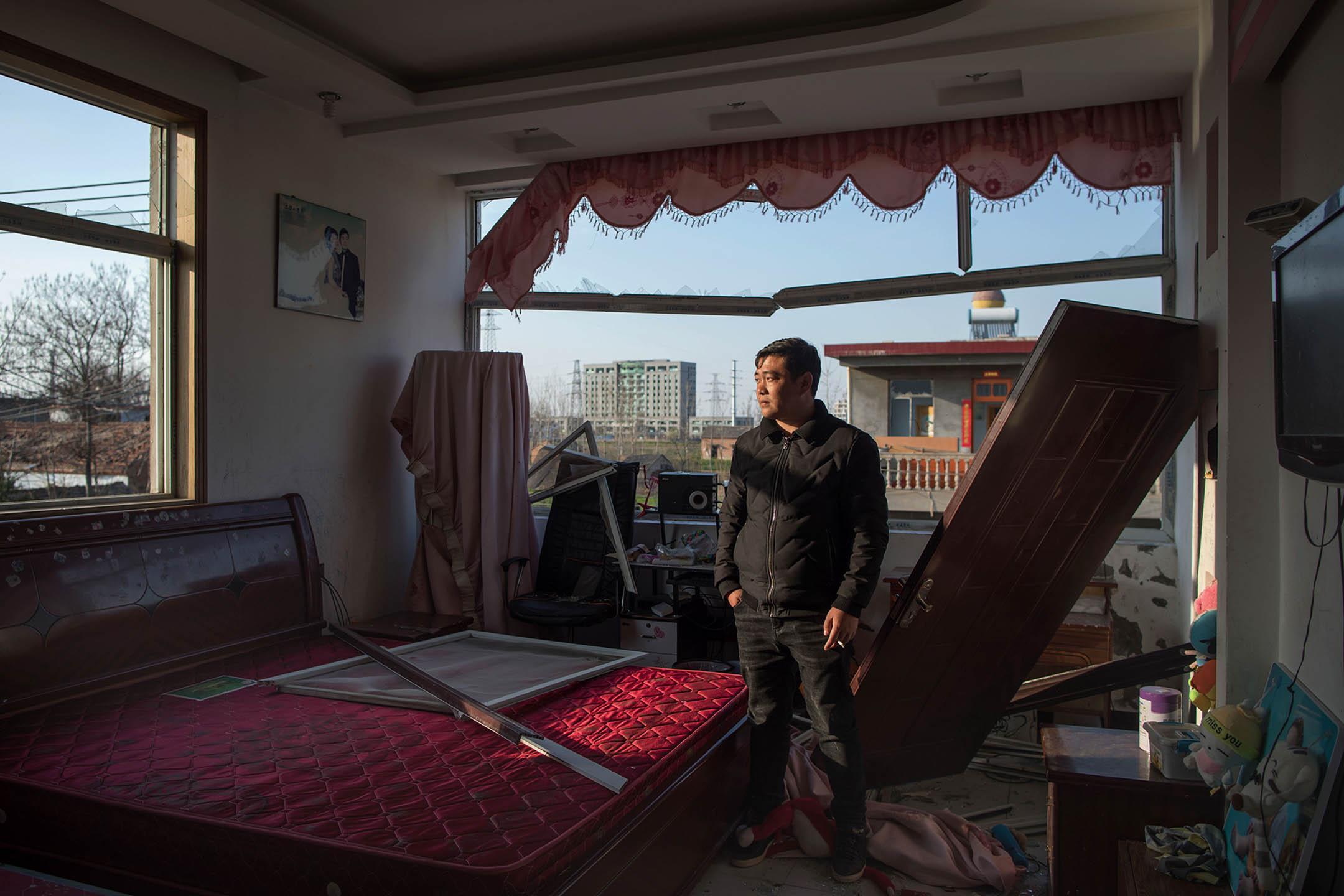 2019年3月23日,陳家港鎮王商村的村民韓松在他爆炸後的房子內。 攝:馬利/端傳媒