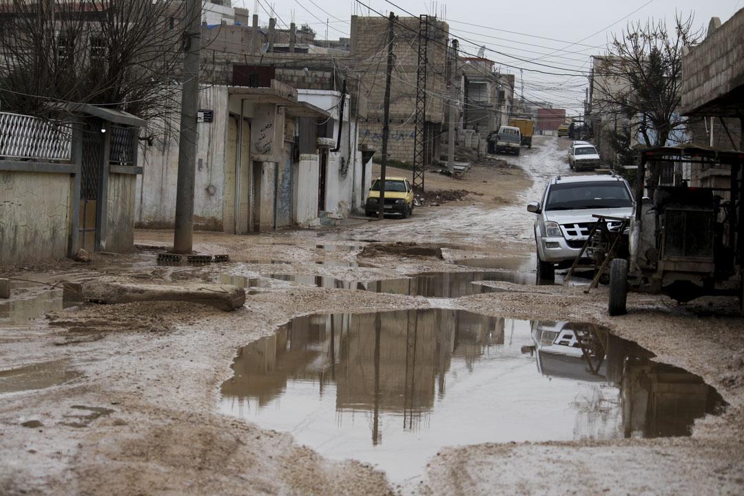 卡米什利的冬天多雨,薩達爾住的是城裏最破的一區,坑坑窪窪的街道上積滿了水。